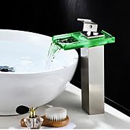 お買い得  浴室洗面ボウル用蛇口-センターセット 滝状吐水タイプ LEDインジケータ 一つ ブラッシュドニッケル, バスルームのシンクの蛇口