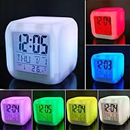 billige Veggklokker-7 farger førte til endring av digital vekkerklokke termometer natt lysende kube LCD-klokke