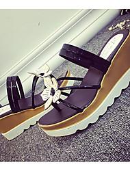 Dámské Sandály Pohodlné hrbit boty Lakovaná kůže Léto Ležérní Chůze Pohodlné hrbit boty Mašle Klín Zlatá Černá Stříbrná Méně než 2.5 cm