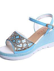 Недорогие -Для женщин Сандалии Удобная обувь Полиуретан Лето Для прогулок Для прогулок Пряжки На танкетке Белый Синий Менее 2,5 см