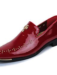 abordables -Hombre Zapatos de taco bajo y Slip-Ons PU Primavera Otoño Paseo Tachonado Tacón Plano Blanco Negro Rojo 5 - 7 cms