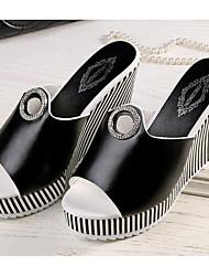 preiswerte -Damen Schuhe PU Sommer Komfort Sandalen Keilabsatz Weiß / Schwarz / Keilabsätze