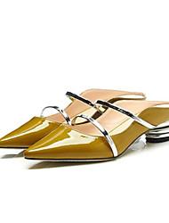 baratos -Mulheres Sapatos Pele Napa Verão Conforto Tamancos e Mules Salto Baixo Dedo Apontado Preto / Amarelo