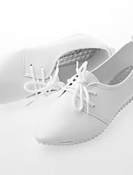 Недорогие -Жен. Обувь Искусственная кожа Весна Удобная обувь Туфли на шнуровке На плоской подошве Заостренный носок Белый / Черный / Для вечеринки / ужина