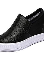 baratos -Mulheres Sapatos Couro Ecológico Outono Conforto Mocassins e Slip-Ons Sem Salto Ponta Redonda Branco / Preto / Prata