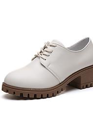 baratos -Mulheres Sapatos Couro Ecológico Verão Com Laço Oxfords Salto Baixo Ponta Redonda Branco / Preto / Castanho Escuro