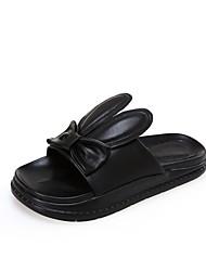 Недорогие -Жен. Обувь Микроволокно Весна лето Удобная обувь Тапочки и Шлепанцы На плоской подошве Белый / Черный