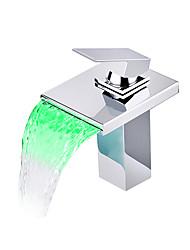 Недорогие -Ванная раковина кран - Водопад / LED Хром По центру Одно отверстие / Одной ручкой одно отверстиеBath Taps / Латунь