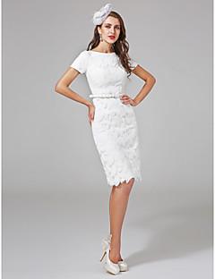 billiga Åtsmitande brudklänningar-Åtsmitande Bateau Neck Knälång Spets Bröllopsklänningar tillverkade med Paljett / Bälte / band av LAN TING BRIDE® / Liten vit klänning